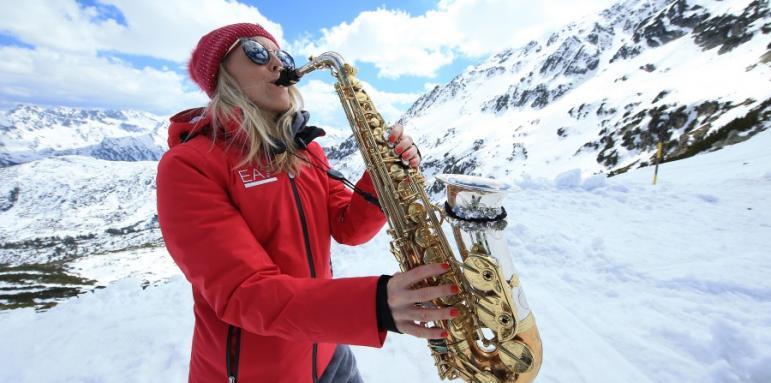 a553bb1f050 Топ саксофонистка гледа ски в Банско - Други спортове - Стандарт Нюз