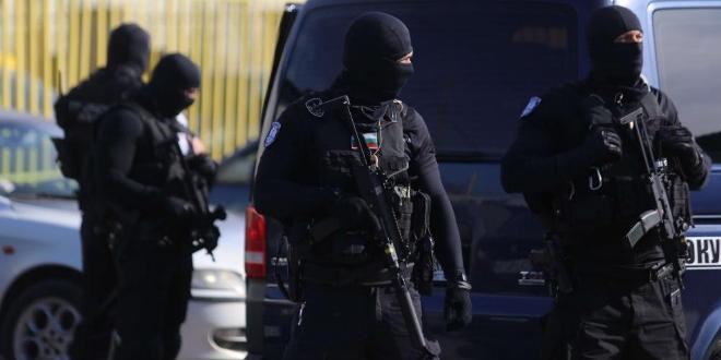 Общо 13 души са задържани при масирана полицейска операция по