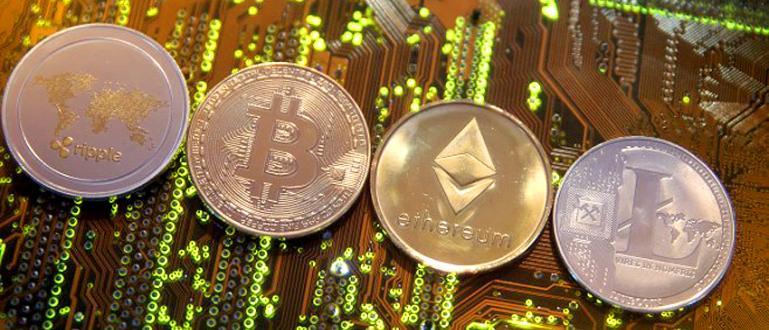 Цената на най-популярната виртуална валута се наду с 220% за
