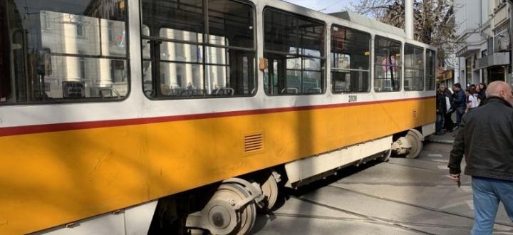 Вероятните причини, поради които трамвай излезе от релсите и удари