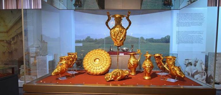 Панагюрското златно съкровище е открито на 8 декември 1949 година