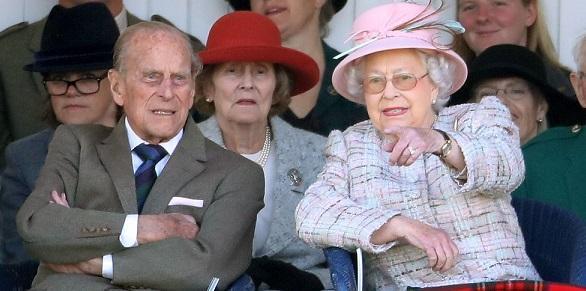 Елизабет II лично сервирала на гостите в шотландското си имение