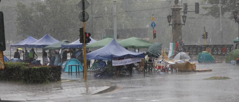 Яката буря прогони протестърите от центъра на София, а вятърът