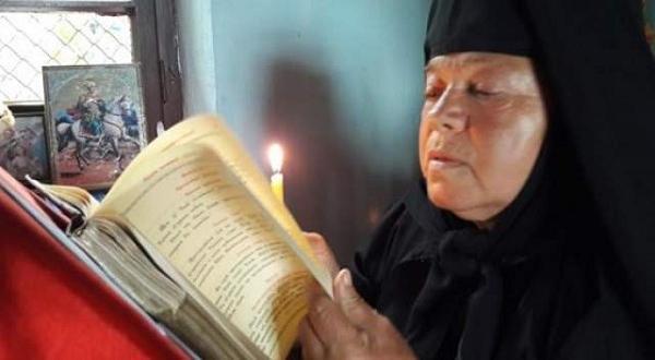 Сестра Серафима го стяга за храмовия му празникМонахиня издържа манастир