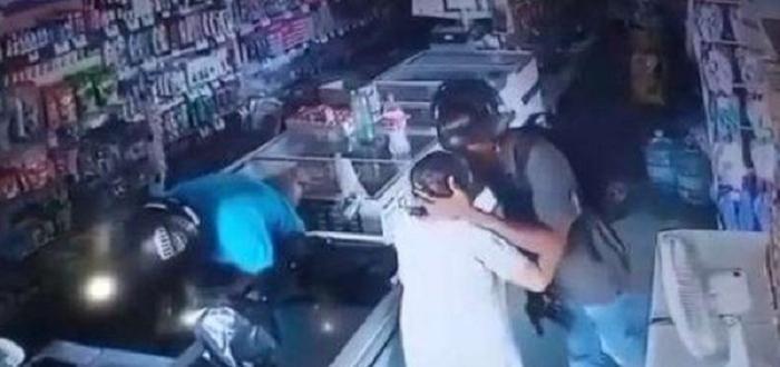 Въоръжен крадец отказа да вземе парите, които възрастна клиентка на