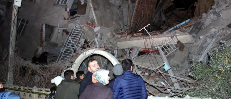 Поне 18 души са загинали в Турция след земетресението с