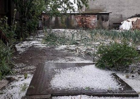 Градушка падна в редица населени места в България.Ледените топчета с