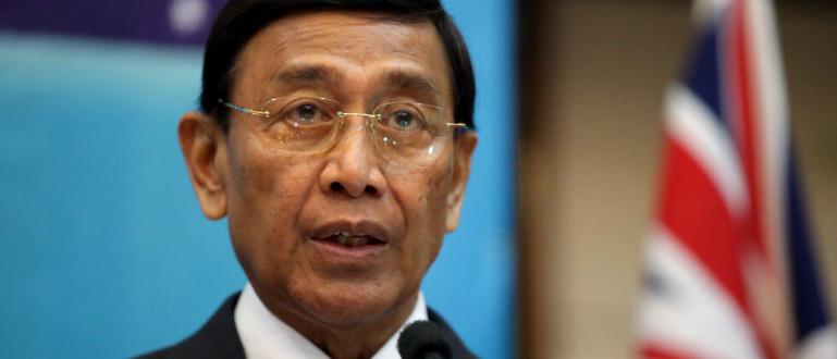 Министърът по сигурността на Индонезия Виранто е намушкан от нападател,