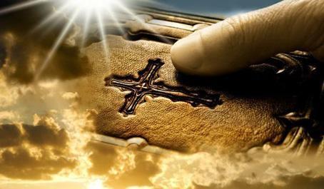 Събраните в едно три пръста изразяват нашата вяра в Бог