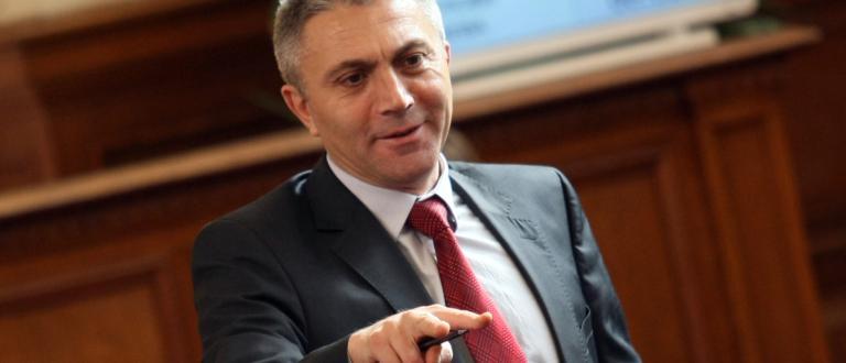 Председателят на ДПС Мустафа Карадайъ повежда евролистата на партията, следван