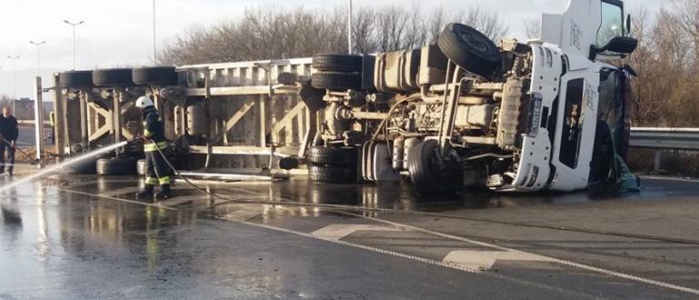 Камион с тежък товар се обърна тази сутрин в Пловдив.