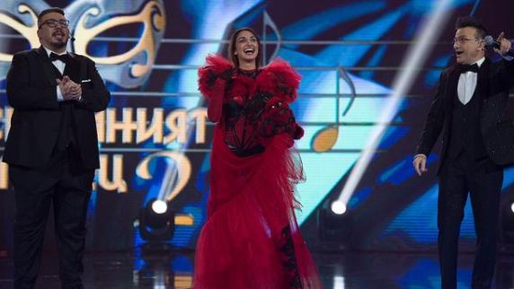 Изящната изпълнителка Християна Лоизу, която успя умело да скрие самоличността