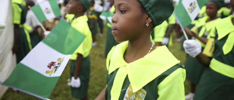 Стотици момичета се предполага, че са били отвлечени от училище