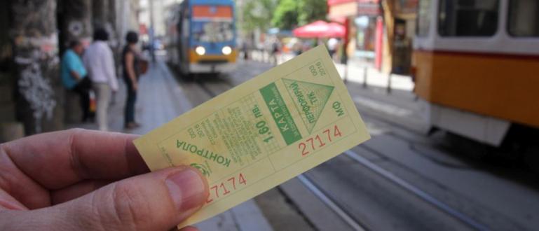 Контрольорите в градския транспорт на София от днес продават билети