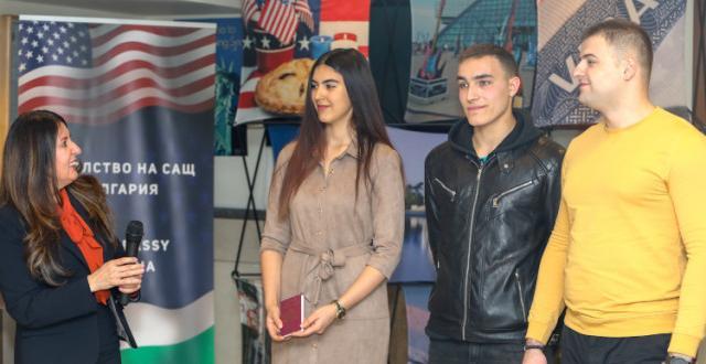 Български студенти вече пътуват към САЩ за летните бригади по