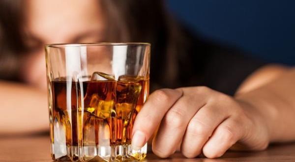 Все повече младежи и мъже злоупотребяват с алкохола и наркотиците