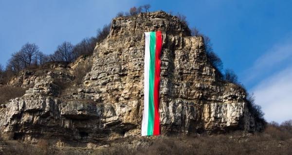 Снимка: Кой шие 80-метровото знаме на Гара Бов