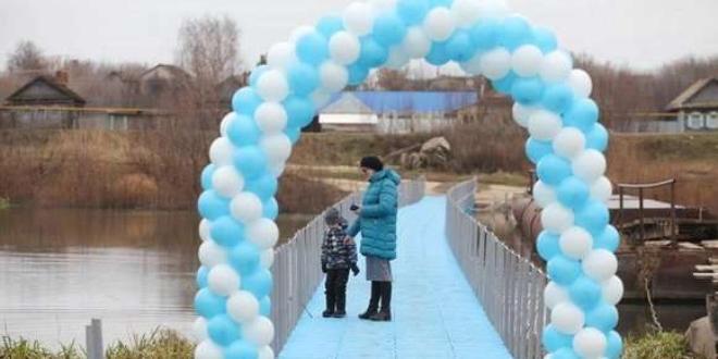 Пластмасов понтонен пешеходен мост през река Шешма бе открит в