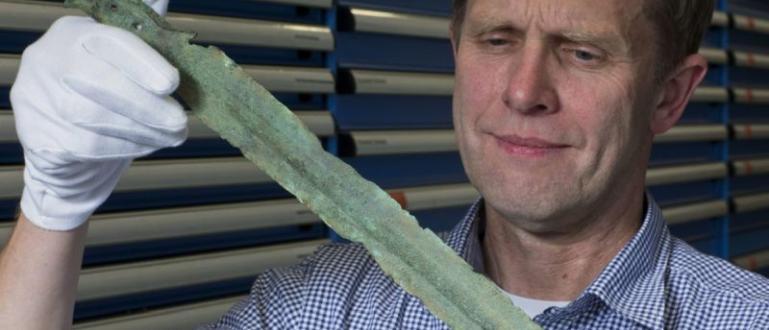 Любителят археолог Мариуш Степиен с помощта на металотърсач е открил