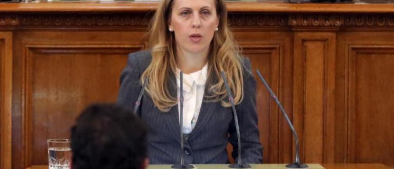 Вицепремиерът Марияна Николова отрече спекулациите, че я вкарват в капан