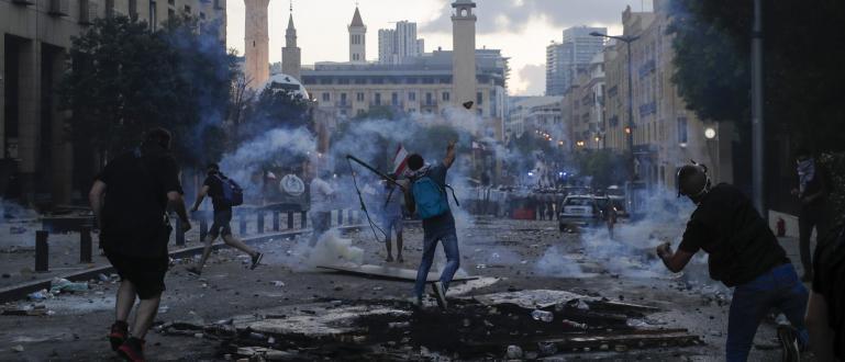 Участници в протестите в ливанската столица Бейрутнахлуха във външното министерствои