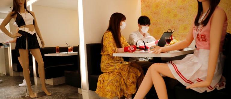 Японски бар постави множество пластмасови манекени, облечени като мажоретки по