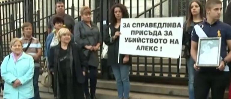 Роднини и приятели на убития 18-годишен Алекс Ангелов от Бяла