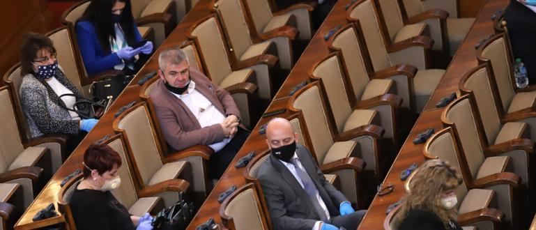 24 народни представители бяха глобени от РЗИ заради това, че