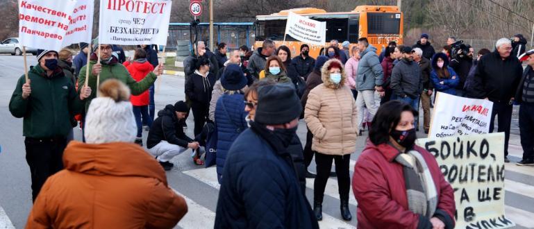 Снимка-БГНЕСБлокирано е и движението по Самоковско шосе при Кокалянското ханче.