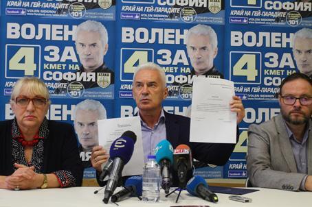 Той подписа заявлението си за напускане на парламента пред медиите