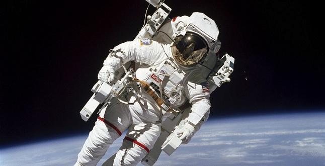 След шестмесечна мисия на Международната космическа станция (МКС), трима космонавти