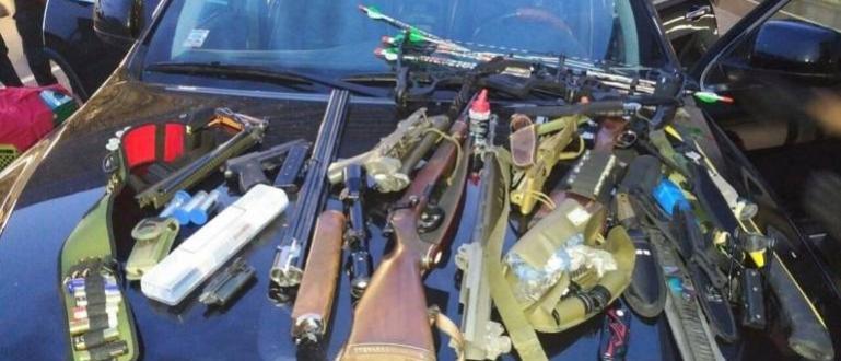 Огромно количество оръжия, сред които пистолети и автоматично оръжие, са