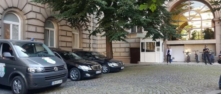 Части на СДВР и прокурори влязоха в сградата на президентството,