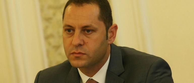 Доскорошният заместник-министър на икономиката Александър Манолев е обвинен за престъпление,