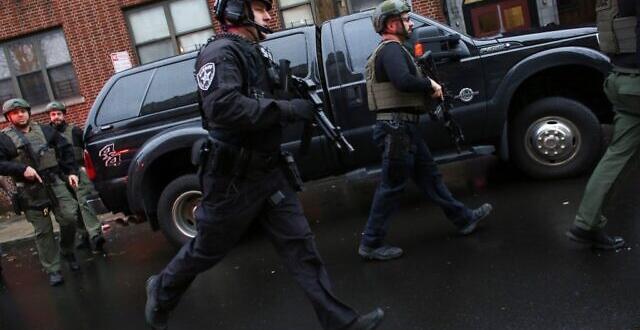 Двама души са открили стрелба по полицейски служители в близост