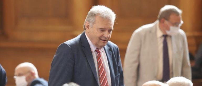 Председателят на БСП Корнелия Нинова обяви на нарочна пресконференция, че