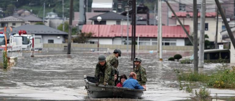 Десетки хиляди спасители търсят и днес оцелели отмощния тайфун Хагибис,