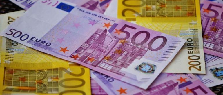 Митнически служители намериха 250 000 недекларирани евро (половин милион лева)