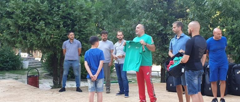 Председателят на родното олимпийско таекуондо Слави Бинев, връчи новата екипировка