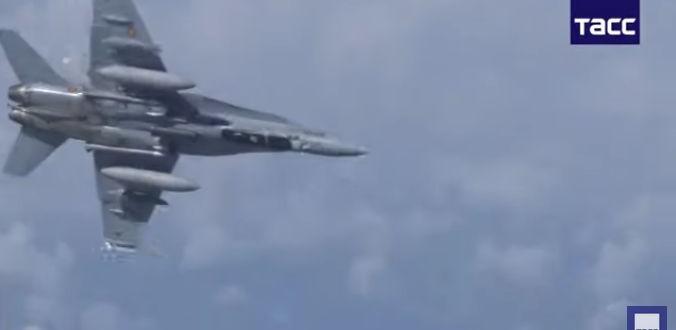 Изтребител F-18 Хорнет на испанските ВВС се е приближил до