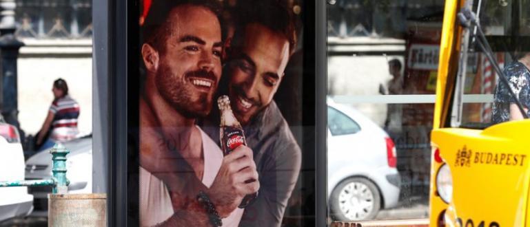 Те показват двойки, които пият напитката, с надписите Love is