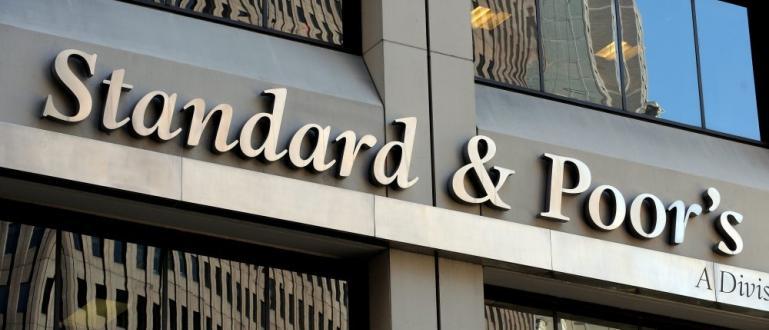 """Световната рейтингова агенция """"Стандард енд Пуърс"""" (S&P) понижи перспективата на"""