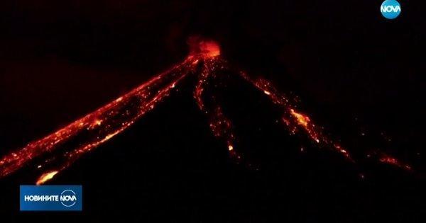 Вулкан изригна зрелищно в Еквадор. Потоци от лава се спускат