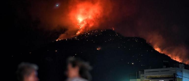 Повече от 160 огнеборци се опитват да овладеят огромен горски