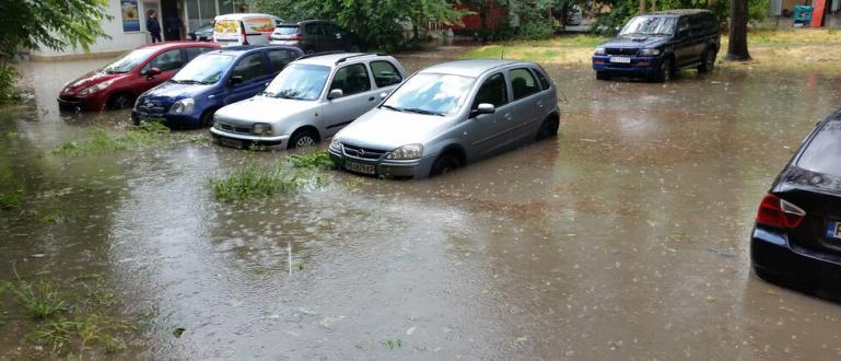 Силен порой превърна в реки улиците в Ивайловград. Има и
