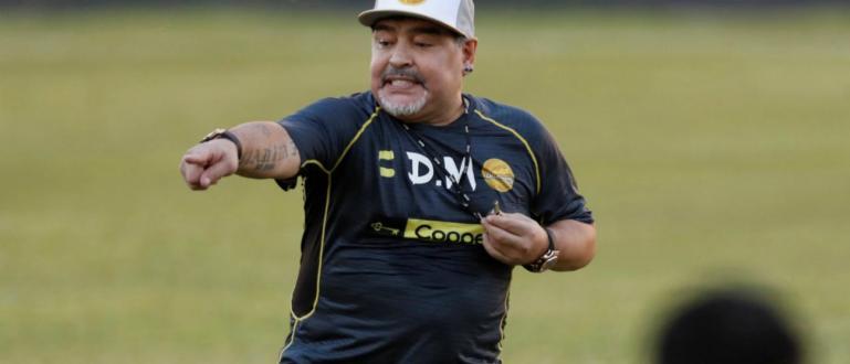 Легендата на световния футбол Диего Марадона дебютира като треньор на