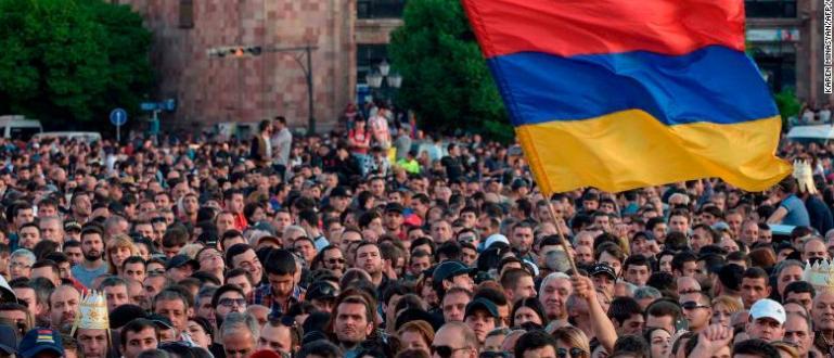 Няколко хиляди протестиращи в Ереван излязоха пред лятната резиденция на