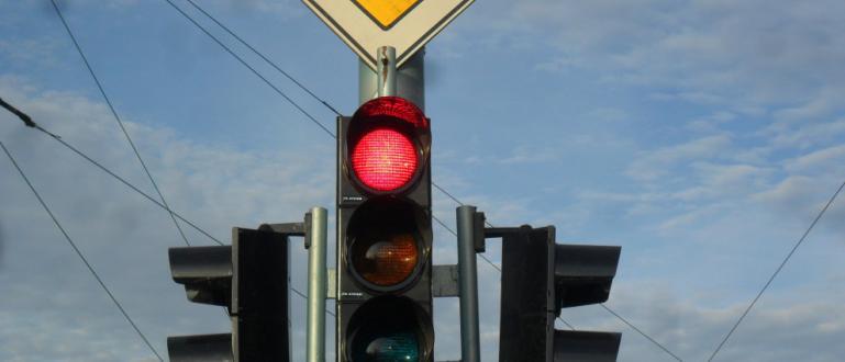Започнаха строително-монтажните дейности по изграждането на светофарна уредба при входа