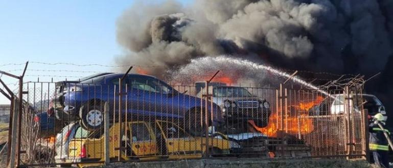 Огромният пожар, който вчера пожарникари трудно изгасиха в автоморга в