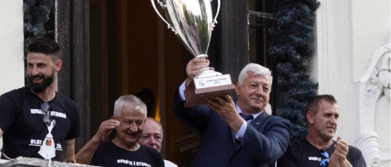 Футболистите на Локомотив (Пловдив) вдигнаха втората поредна Купа на България